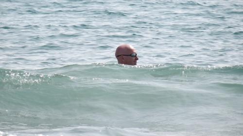 S'amuser dans les vagues de la Méditerranée