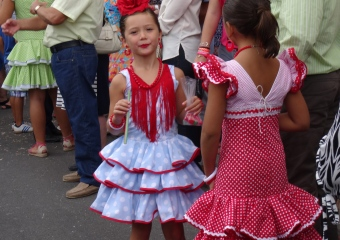 Jolies petites filles en costumes traditionnels
