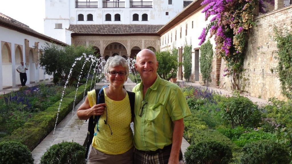 Generalife; le patio de la Acequia; jardin oriental clos avec de gracieux jets d'eau