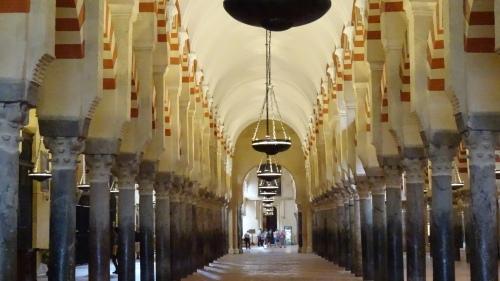 Alignement d'un vaisseau de colonnes arabes