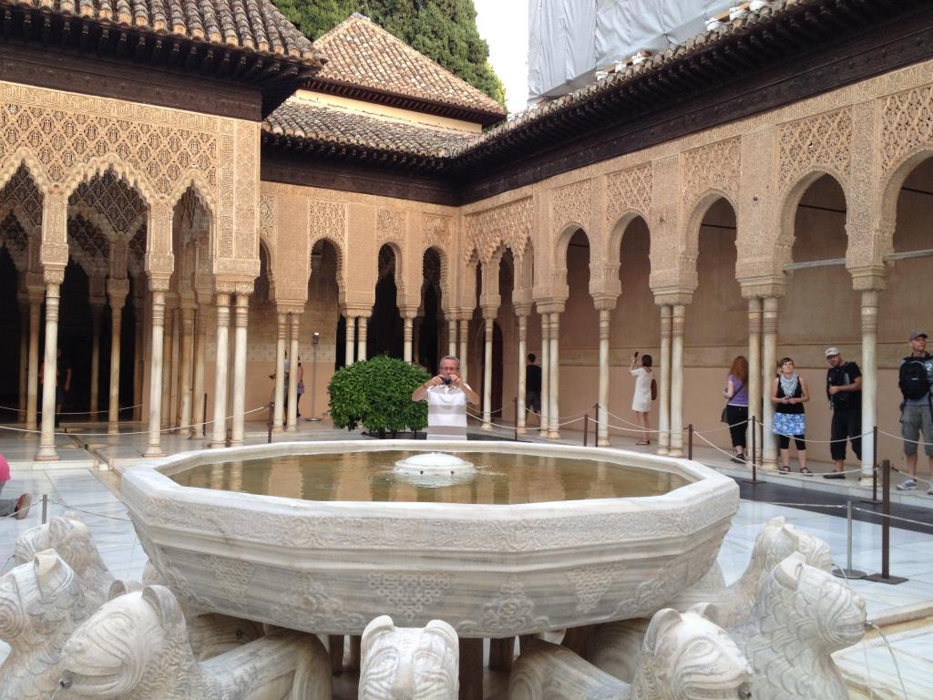 Le Palais Nazaries dans lequel on retrouve le Patio de los Leones; fontaine supporté par 12 lions de marbre et entouré de 124 colonnes