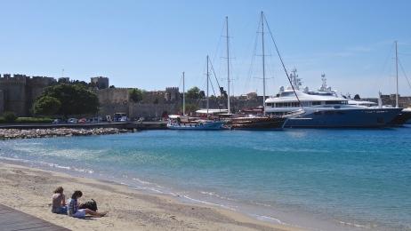 Est-ce une plage où mouillent les bateaux OU un port où on s'y baigne !?!