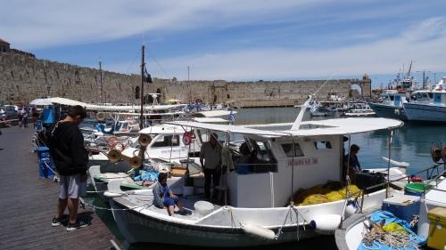 Bateaux de pêcheurs dans le port Kolona