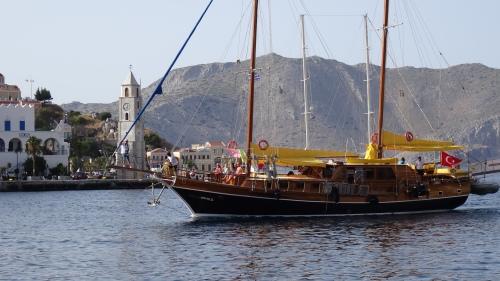Grand voilier faisant son entrée majestueuse au port de Symi
