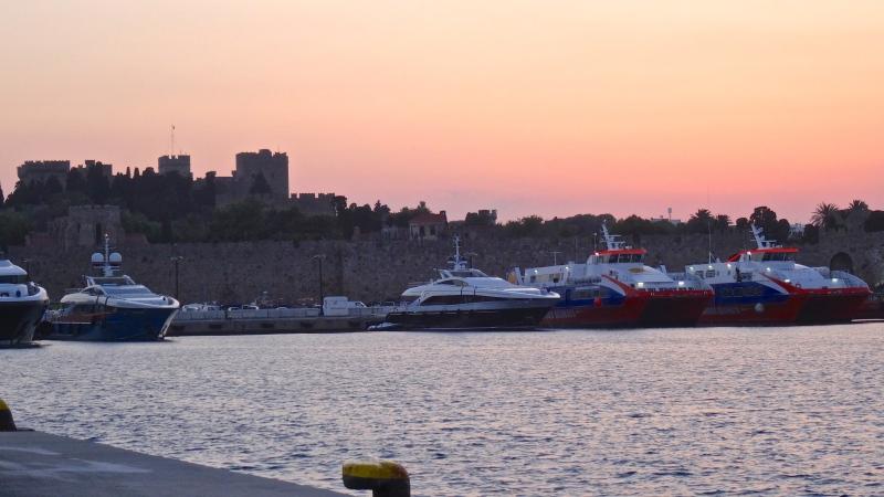 Coucher de soleil sur les remparts de la Cité médiévale  vu du port de Kolona.