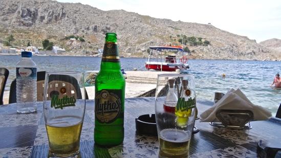 Bière rafraichissante à un petit resto sympa sur la mer
