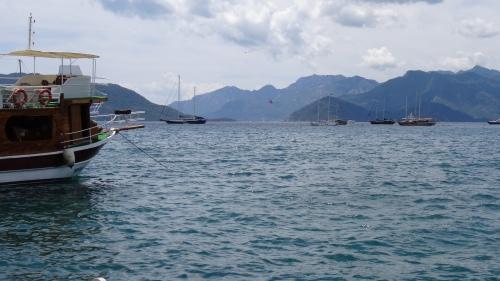 Port situé dans une enclave montagneuse