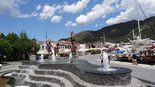 Port; statues de bronze d'enfants