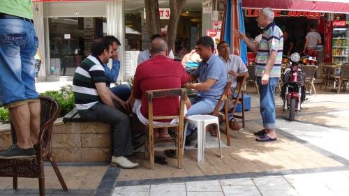 Les locaux jouent aux cartes au Bazar