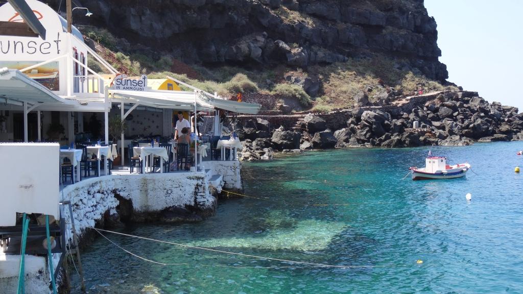 Village de pêcheurs de la Baie d'Ammoudi où les restos de fruits de mer longent le petit port