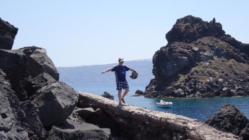 Rempart désaffecté accédant à la plage de la Baie d'Ammoudi