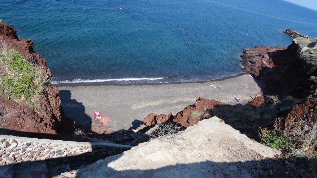 Plage sauvage de Pori, entourée de récifs ou seul un escalier de plus de 200 marches permettent d'y accéder