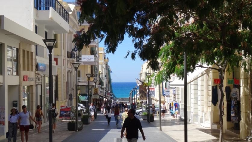Avenue piétonne du 25 Août, menant à la mer Égée