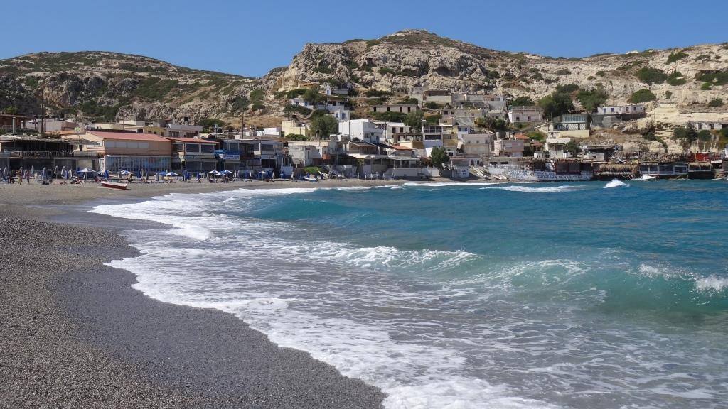 Plage et tavernas perchées dans la montagnes / Beach and Tavernas perched on the mountain