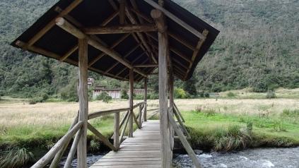 "Pont de bois enjambant ""El Rio Tomebamba"" Wooden Bridge"