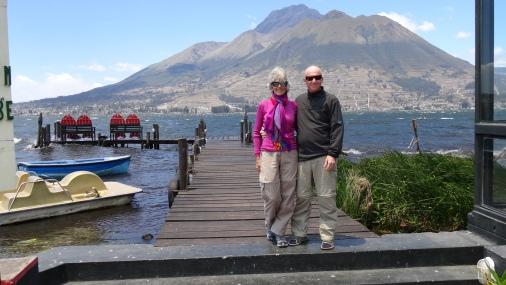 Hotel Puerto Lago et le volcan Imbabura en arrière-plan / Hotel Puerto Lago with the Imbabura Volcano in the Background