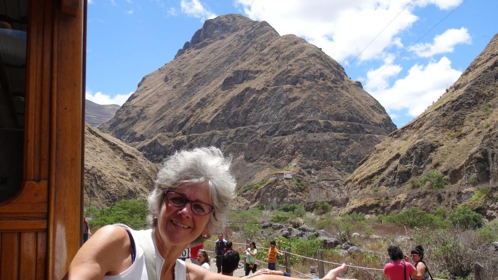 """Le chemin de fer découpe la montagne, surnommée par les indigènes, """"El Nariz del Diablo"""" , nickname given by the Indigenous to the mountain in which the train passes"""