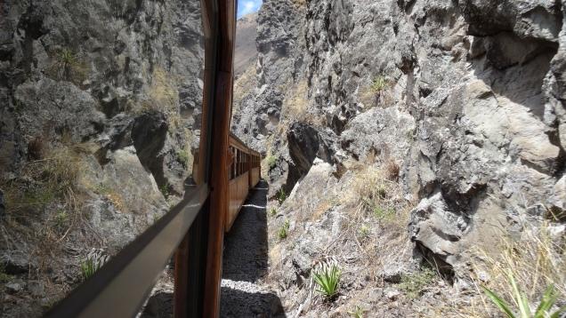 Le train longe les escarpements rocheux / Train is running close to steep rocky slopes