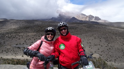 Descente en vélo de montagne, Chimborazo en arrière-plan / Mountain Bike Downhill with the Chimborazo in Backdrop