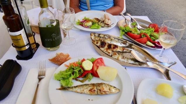 Le festin de sardines frites